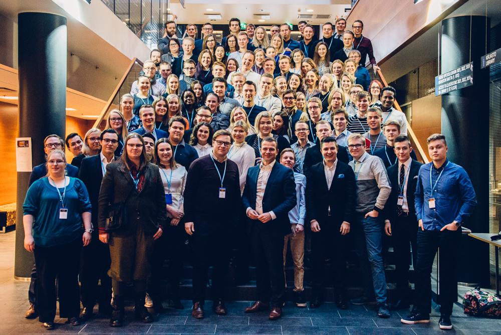 Yli 120 kokoomusnuorta ja kokoomusjohtoa koolla Tampereella
