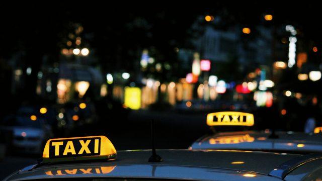Kokoomusnuorten Abdali: Taksiuudistuksen myötä taksijonoissa jonottavat asiakkaiden sijaan taksit