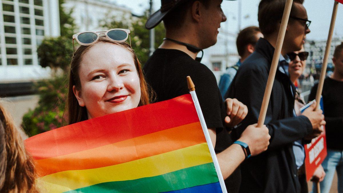 """Kokoomusnuoret vaatii konkreettisia tekoja seksuaali- ja sukupuolivähemmistöjen puolesta – """"Hallitus, missä translain uudistus viipyy?"""""""